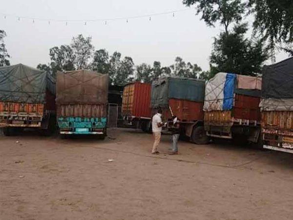 ढाबे पर खड़े ट्रक में पंजाब के डेरा बसी से दिल्ली लेकर जा रहे थे शराब। पुलिस ने पकड़ा। करीब 3 करोड़ रुपये कीमत। - Dainik Bhaskar