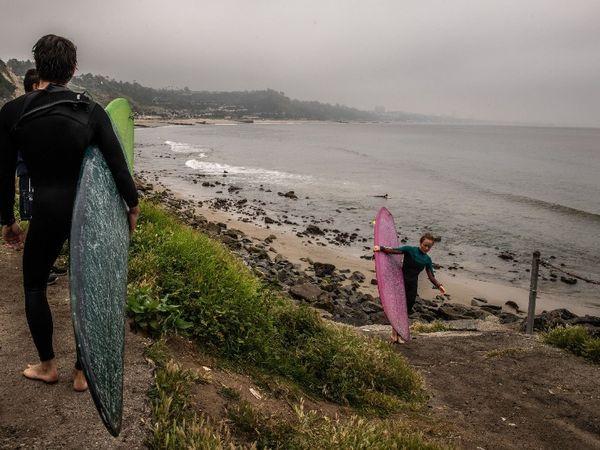 लॉस एंजेलिस में लोग एक बार फिर सर्फिंग सेशन के लिए बाहर निकल रहे हैं। यहां मेयर एरिक गार्सेट्टी ने शहरवासियों के लिए फ्री कोरोना टेस्टिंग की घोषणा की है।