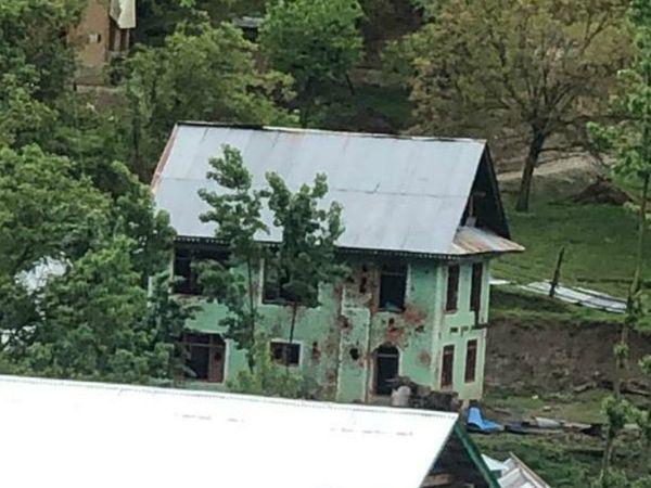 हंदवाड़ा के छांजीमुल्लाह गांव के इसी मकान में छिपे थे आतंकवादी।