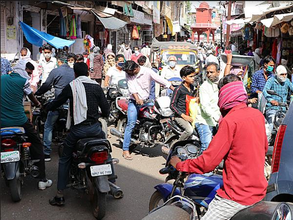यह तस्वीर अशोकनगर की है। लॉकडाउन फेज-3 में छूट मिलने के बाद बाजार में इतनी भीड़ उमड़ी कि ट्रैफिक जाम हो गया। लोग तीन घंटे तक फंसे रहे। - Dainik Bhaskar