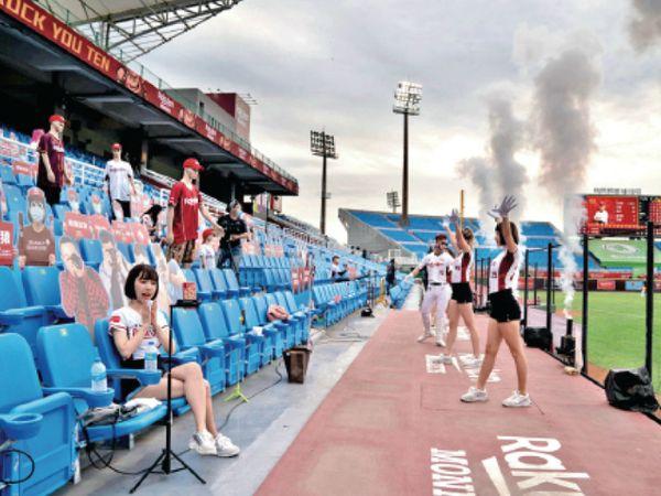 ताइवान में चाइनीज लीग के दौरान डमी के सामने परफॉर्म करतीं चीयर लीडर्स। - Dainik Bhaskar