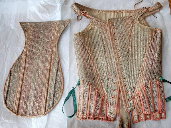 प्रेग्नेंसी स्टे 17वीं शताब्दी में महिलाएं अपने शरीर को शेप में रखने के लिए स्टे पहनती थीं। यह देखने में कोर्सेट की तरह लगते थे। इन्हें 1665-75 के करीब स्टमेकर के साथ मिलाकर पहना जाता था। हर्न्स बताती हैं कि स्टमेकर स्टे के अंदर पहना जाता था, जो प्रेग्नेंसी बढ़ने पर ढीला किया जा सकता था।