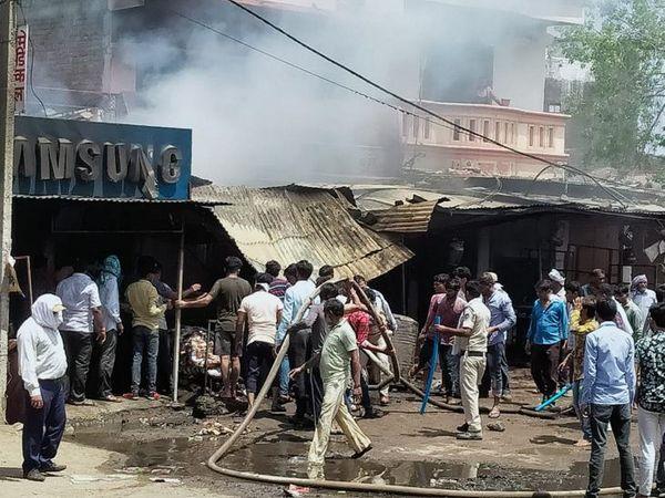 लोगों की मदद से फायर ब्रिगेड की टीम ने आग पर काबू पाया।