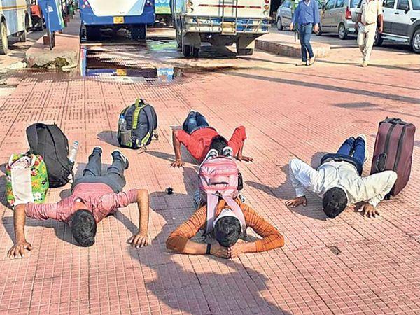 बस में रवाना होने से पहले श्रमिकों ने जब अपनी धरती काे साष्टांग प्रणाम किया ताे अधिकारी व सुरक्षाकर्मियाें की आंखें भर आईं। - Dainik Bhaskar