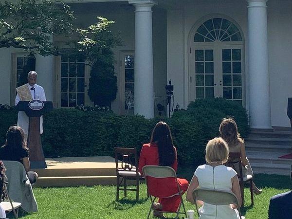 व्हाइट हाउस के रोड गार्डन में वैदिक शांति पाठ में पुजारी हरीश ब्रह्मभट्ट। सोशल डिस्टेंसिंग का पालन भी किया गया।