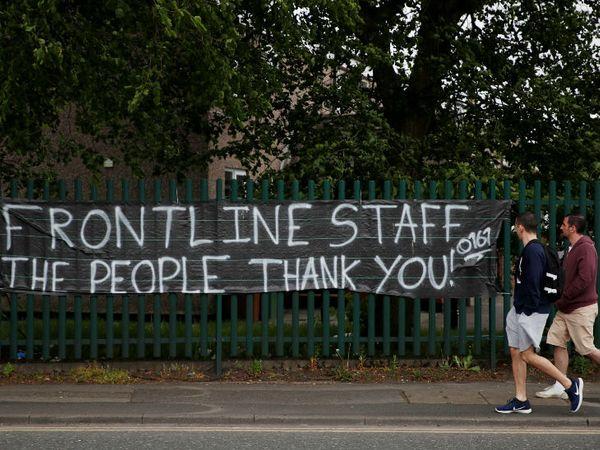 ब्रिटेन के स्टॉकपोर्ट में एनएचएस वर्कर को धन्यवाद देने के लिए पोस्टर लगाया गया है। ब्रिटेन में अब तक संक्रमण से 31 हजार 587 लोगों की मौत हो चुकी है। - Dainik Bhaskar