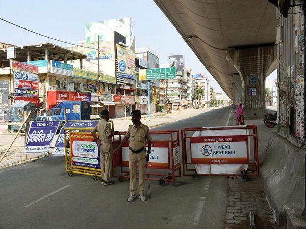 तस्वीर पटना के कंटेंटमेंट जोन खाजपुरा की है।  शुक्रवार को यहां पांच संक्रमित मिले। यहां पुलिस तैनात है। - Dainik Bhaskar