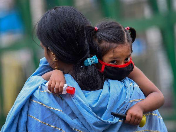 यह तस्वीर दिल्ली की है। इस बेटी के मुंह पर मास्क और हाथ में सैनिटाइजर है। यानी मां ने कोरोना संक्रमण के बीच उसकी सुरक्षा का पूरा इंतजाम किया है।