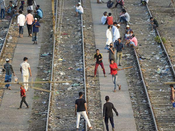 मुंबई के चेंबूर इलाके में लॉकडाउन के दौरान बच्चे खाली पड़े रेलवे ट्रैक पर क्रिकेट खेलते हुए। मुंबई कोरोना संक्रमण से देश में सबसे ज्यादा प्रभावित है। यहां 22 हजार से ज्यादा केस आ चुके हैं।