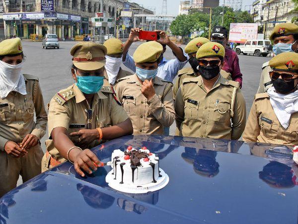 यह तस्वीर लखनऊ की है। यहां रविवार को लॉकडाउन के दौरान ड्यूटी पर तैनात महिला पुलिसकर्मियों ने मदर्स डे मनाया।