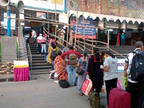 प्लेटफार्म में जाने के लिए स्टेशन के बाहर सोशल डिस्टेंस का पालन करते हुए यात्रियों की लगी कतार। - Dainik Bhaskar