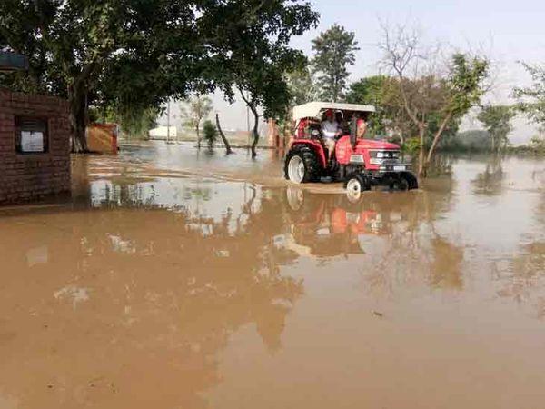 पानी का बहाव इतना तेज था कि वह 4 किलोमीटर दूर तक पहुंच गया। रांवर गांव में भी पानी घुस गया।