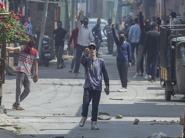 जुनैद की मौत के बाद स्थानीय लोगों ने सुरक्षाबलों पर पत्थरबाजी की।