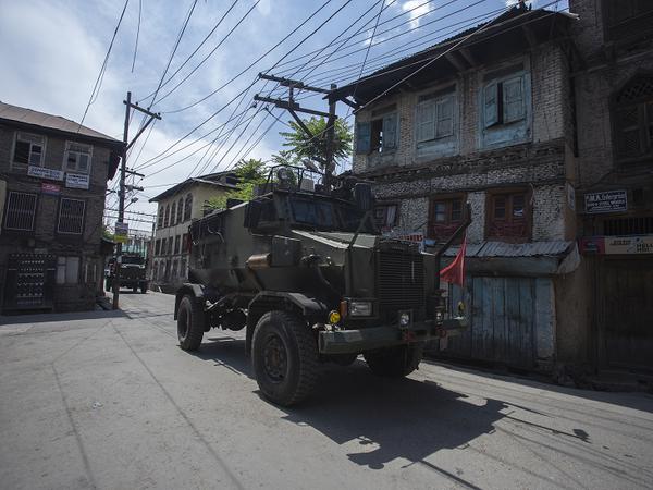 लॉकडाउन के बीच संवेदनशील इलाकों में पुलिस की गश्त जारी है।
