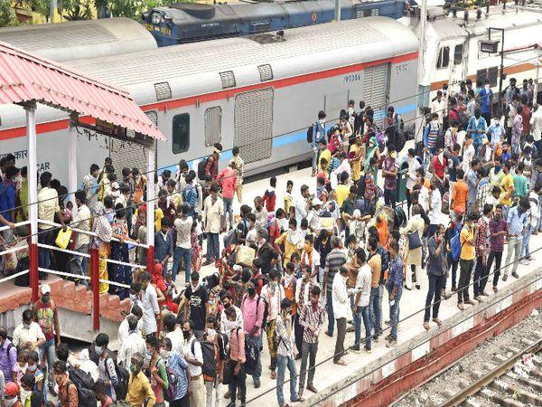 यह तस्वीर पटना में दानापुर रेलवे स्टेशन की है। बुधवार को मजदूर अपने गृह राज्य जाने के लिए ट्रेन का इंतजार करते हुए।