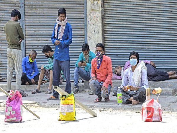 यह तस्वीर दिल्ली की है। बुधवार सुबह मजदूर काम की तलाश में बैठे नजर आए। राजधानी में लॉकडाउन के नियमों में छूट मिलने के बाद कई इलाकों में काम शुरू हो गया है।