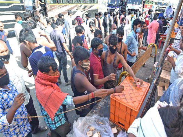 महाराष्ट्र और गुजरात से उत्तर प्रदेश जाने वाली मजदूरों की बसें इंदौर बायपास पर रुकती हैं। यहां मजदूरों के लिए चाय और खाने की व्यवस्था की गई है।