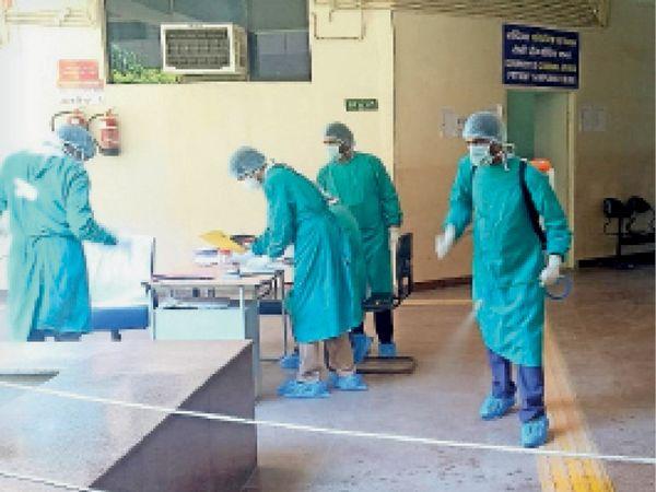 मंगलवार काे सेक्टर-10 नागरिक अस्पताल में सेनेटाइज करते कर्मी। - Dainik Bhaskar