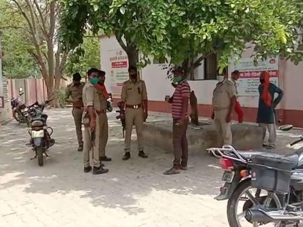 ये तस्वीर प्रतापगढ़ की है। यहां घायल बालिका को अस्पताल पहुंचाया गया। गांव पर भी पुलिस तैनात है। - Dainik Bhaskar