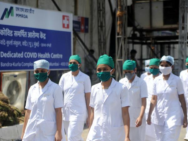 तस्वीर मुंबई की है। यहां के बांद्रा कुर्ला स्पोर्ट्स कॉम्प्लेक्स में देश का पहला ओपन ग्राउंड क्वारैंटाइन और आइसोलेशन सेंटर बनाया गया है। मेडिकल परीक्षण करने के लिए यहां हेल्थ वर्कर्स तैनात किए गए हैं। - Dainik Bhaskar