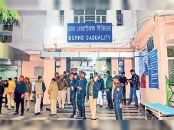 सफदरजंग अस्पताल में पुलिस के साथ तैनात ट्रीग कंपनी के सुरक्षागार्ड।  फाइल फोटो - Dainik Bhaskar