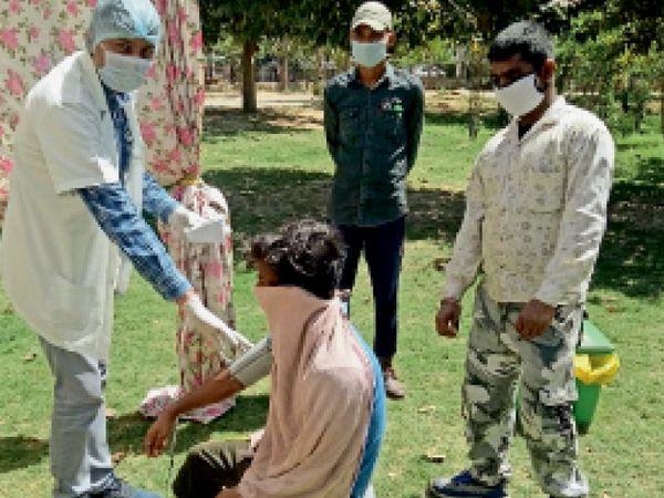 सेक्टर-10 नागरिक अस्पताल में काेराेना के पेशंट की जांच करते डॉक्टर। - Dainik Bhaskar