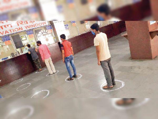 सूररत रेलवे स्टेशन पर शुक्रवार से पीआरएस काउंटर शुरू किए गए। सोशल डिस्टेंसिंग से टिकट दिए गए। - Dainik Bhaskar