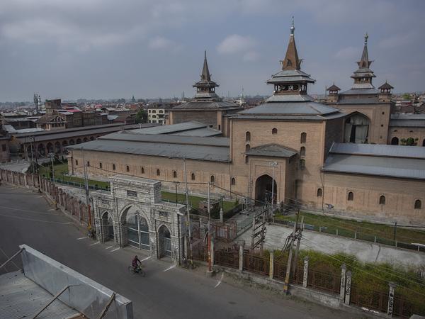 जामिया मस्जिद कश्मीर की सबसे बड़ी मस्जिद है। जहां आम दिनों में मीरवाईज हर जुमे तकरीर करते हैं। ईद की नमाज की यहां खास रौनक होती है। कई बार अलगाववादी नेताओं को यहां नमाज पढ़ते देखा गया है। - Dainik Bhaskar