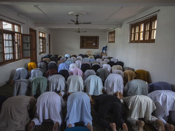मस्जिदों में भीड़ जुटने की मनाही हुई तो लोगों ने घरों में ही इकट्ठे होकर नमाज पढ़ी।