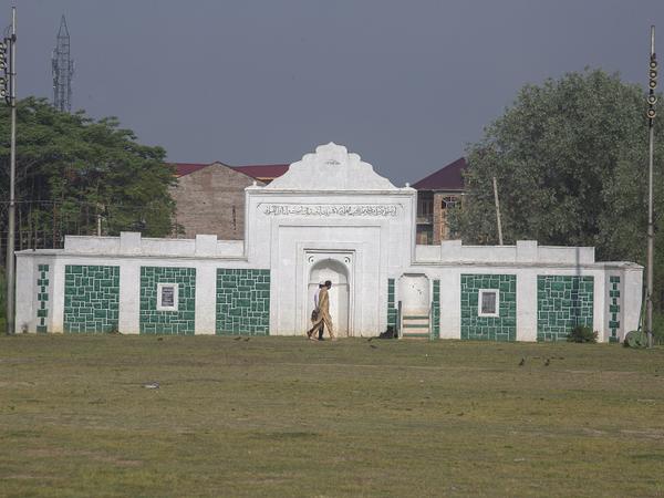 पुलिस ने सुबह ही अनाउंसमेंट कर दिया था कि किसी भी मस्जिद और ईदगाह में ईद की नमाज नहीं होगी। लोगों से कहा गया था कि वह भीड़ न जुटाएं।