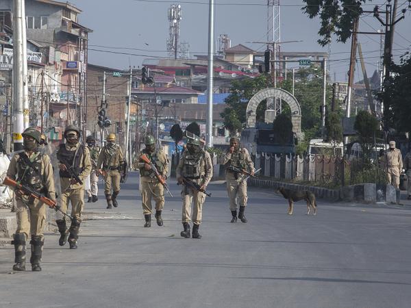 श्रीनगर की सड़कों पर आम दिनों की तरह ईद के दिन भी सुरक्षाबल पेट्रोलिंग करते नजर आए।