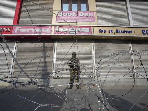 ईद के दौरान लोग लॉकडाउन का उल्लंघन न करें, इसलिए जगह-जगह पर सुरक्षाबल तैनात रहे।