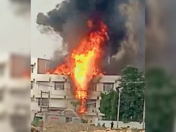 गुड़गांव. सेनिटाईजर बनाने वाली कंपनी में लगी आग। - Dainik Bhaskar