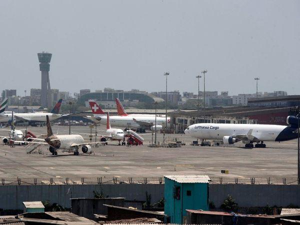 महाराष्ट्र सरकार ने घरेलू उड़ानों को मंजूरी दे दी है, जिसके बाद मुंबई और पुणे में दो फ्लाइट्स लखनऊ और दिल्ली से आईं हैं। यह तस्वीर रविवार शाम की मुंबई के छत्रपति शिवाजी टर्मिनस की है।