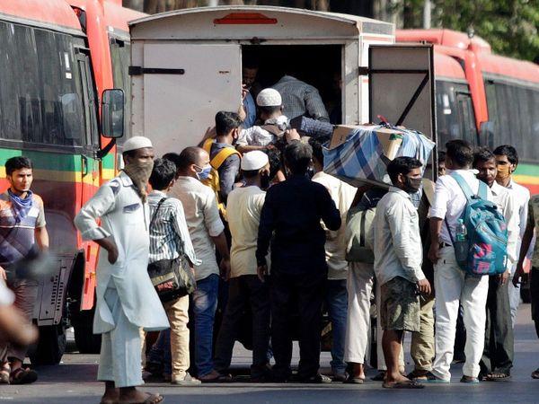 मुंबई के भायखला में अपने राज्य के लिए बस पकड़ने पहुंचे बिहार के प्रवासी मजदूर। इस दौरान सभी सोशल डिस्टेंसिंग की धज्जियां तोड़ते नजर आए।