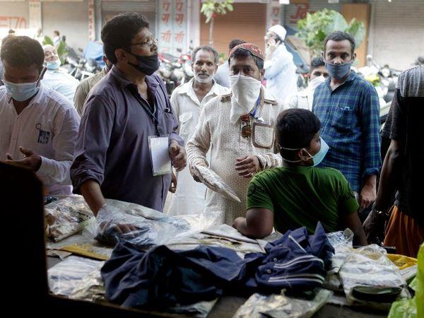लॉकडाउन के बीच मुंबई के कई इलाकों में कपड़े की दुकानें भी खुली हैं। ईद के चलते रविवार को भारी संख्या में लोग कपड़े खरीदने पहुंचे थे।