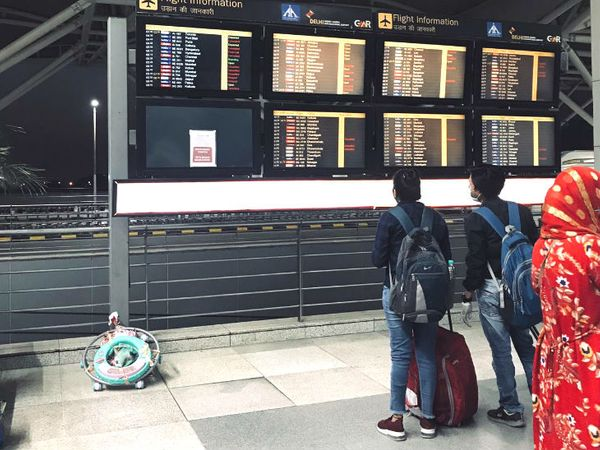 एयरपोर्ट पर फ्लाइट का शेड्यूल देखते लोग। एयरलाइंस द्वारा जानकारी न देने के चलते कई लोग परेशान भी हुए।