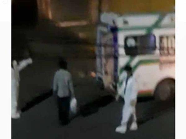 जोधपुर में सैलून संचालक को अस्पताल ले जाते चिकित्सा विभाग के कर्मचारी। - Dainik Bhaskar