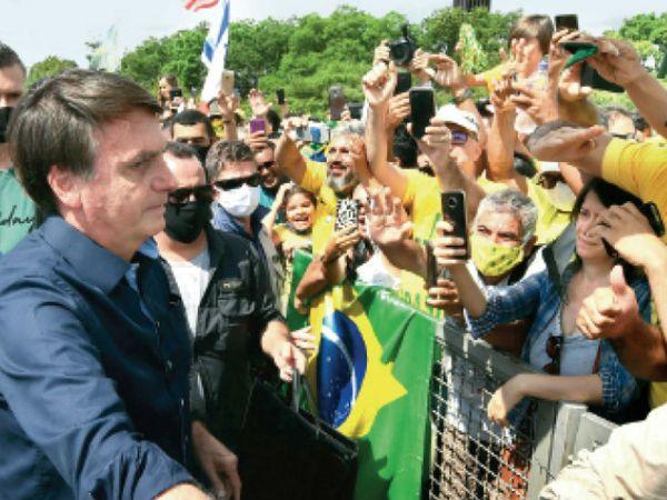 राष्ट्रपति बोलसोनारो पर जनता का गुस्सा इसलिए भी है क्योंकि वह कोरोना को साधारण फ्लू बता चुके हैं।