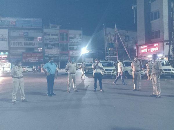 बिलासपुर जिला एक बार फिर से ग्रीन से रेड जोन में आ गया है। इसके चलते पुलिस ने रात में फ्लैगमार्च किया और लोगों से घरों में ही रहने की अपील की। हालांकि दुकानों के खुलने और बंद होने के समय को लेकर अभी कोई नए निर्देश नहीं जारी किए गए हैं।