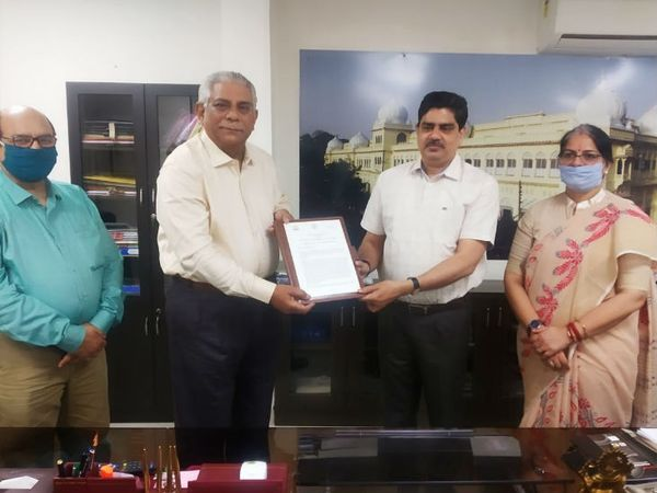कुलपति प्रो0 आलोक कुमार राय और राज्य आपदा प्रबंधन प्राधिकरण के उपाध्यक्ष ले जनरल आर पी साही के बीच एक ऐतिहासिक समझौते पर हस्ताक्षर किया गया। - Dainik Bhaskar
