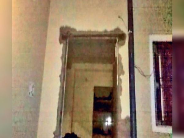 धमाके से घर की दीवार गिर गई और खिड़की-दरवाजे भी टूट गए। - Dainik Bhaskar