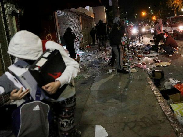 यह तस्वीर लॉस एंजिल्स शहर की है। यहां प्रदर्शनकारियों ने दुकानों में तोड़फोड़ कर लूट भी की।