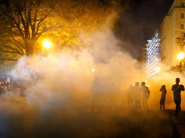यह तस्वीर व्हाइट हाउस के बाहर की है। यहां प्रदर्शनकारियों को काबू में करने के लिए पुलिस ने आंसू गैस के गोले दागे।