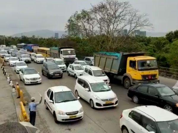 सोमवार को वाशी टोल नाके पर लगी गाड़ियों की लंबी कतार। हालांकि, ज्यादातर लोग कारों में बैठे रहे और चेहरे पर मास्क लगाकर रखा। - Dainik Bhaskar