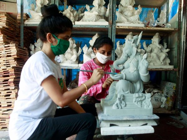 गणेशोत्सव को देखते हुए महाराष्ट्र में कई जगहों पर गणपति की मूर्तियां बननी शुरू हो गई हैं।
