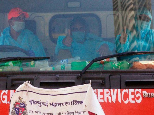 आज से मुंबई समेत पूरे राज्य में धीरे-धीरे अनलॉक शुरू हो गया है। इस बीच बीएमसी के कर्मचारी प्रोक्टेक्टिव सूट पहनकर वर्ली के जीजा माता इलाके में कूड़ा उठाने पहुंचे, यह इलाका कंटेनमेंट जोन में आता है।