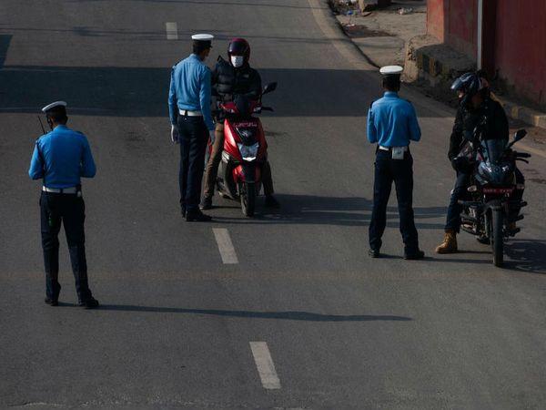 लॉकडाउन के बीच रोड पर निकलने वालों से पुलिस को रोककर घर से निकलने की वजह पूछती है।