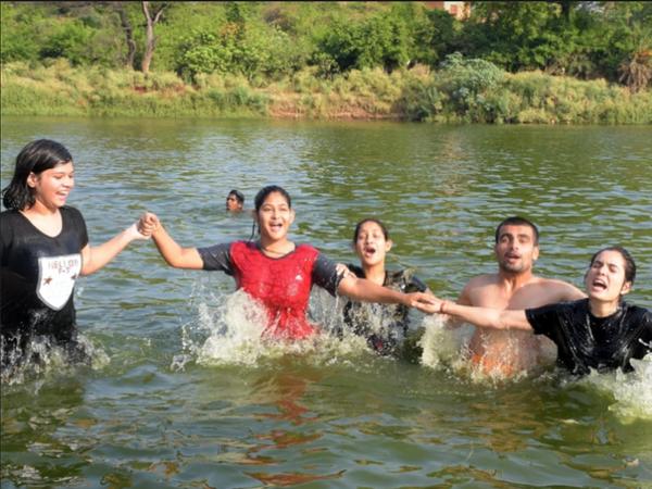 यह लापरवाही भारी पड़ सकती है। तस्वीर विदिशा की है। यहां गर्मी से निजात पाने के लिए एक परिवार यहां बेतवा नदी पर यूं मस्ती करते देखा गया। फोटो- सीताराम मालवीय - Dainik Bhaskar