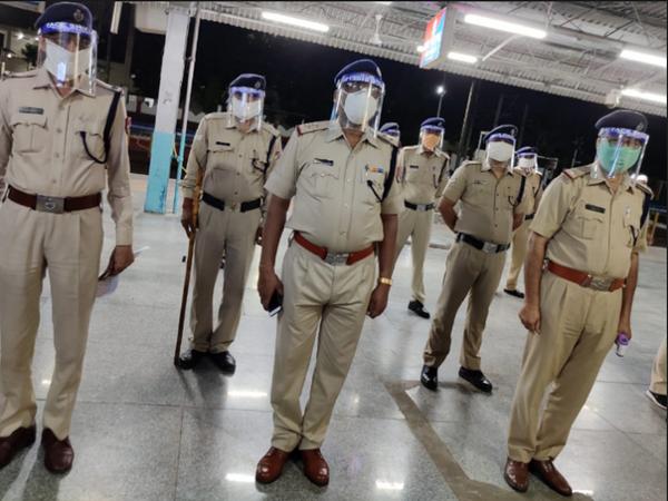 भोपाल के हबीबगंज स्टेशन से सोमवार रात शान-ए-भोपाल एक्सप्रेस दिल्ली के लिए रवाना होगी। रविवार रात को जीआरपी के जवानों को स्टेशन की व्यवस्था संभालने की रिहर्सल कराई गई।